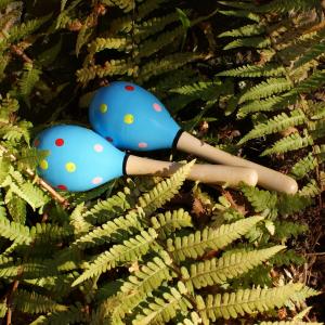 blaue Maracas / Holz-Rasseln für Waldkindergarten-Kinder