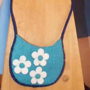 türkise Filz-Handtasche mit weißen Blumen