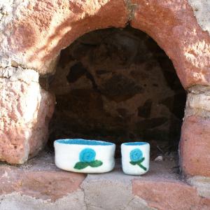 2 Filz-Schalen mit Blumenapplikation für die Waldkindergarten-Eltern