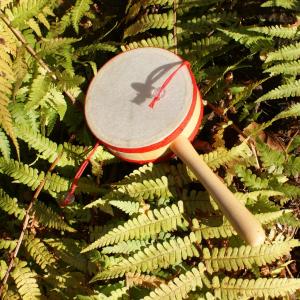 Handtrommel mit rotem Band für Waldkindergarten-Kinder