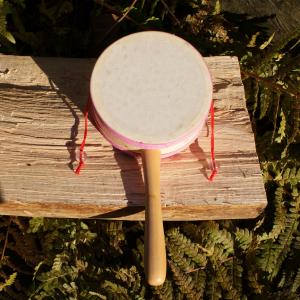 Handtrommel mit rosa Band für den Waldkindergarten