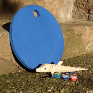 Holz-Delfin mit blauem Waldkindergarten-Sitzkissen