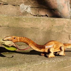 Pflanzenfressender Dinosaurier aus Holz zum spielen