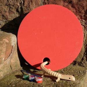 Holz-Eidechse mit rotem Waldkindergarten-Sitzkissen