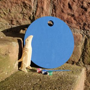 Holz-Pinguin mit blauem Waldkindergarten-Sitzkissen