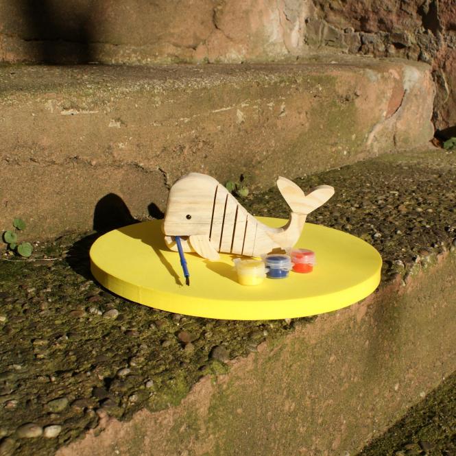 Holz-Wal mit gelbem Waldkindergarten-Sitzkissen